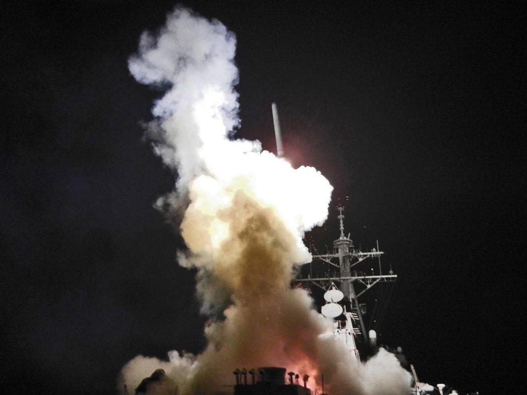 圖為美軍導彈驅逐艦「巴瑞號」發射戰斧巡弋飛彈。 (歐新社)