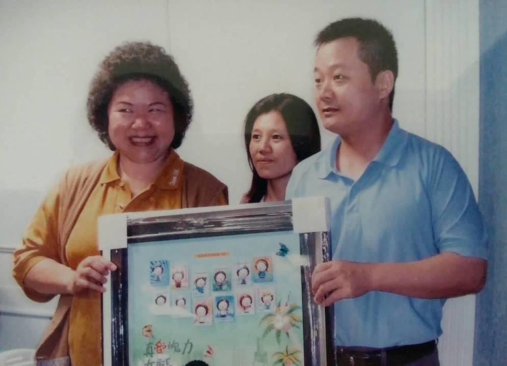 市民謝東俊收集Q版花媽磁鐵還裱框,並與陳菊合照。 記者謝梅芬/攝影