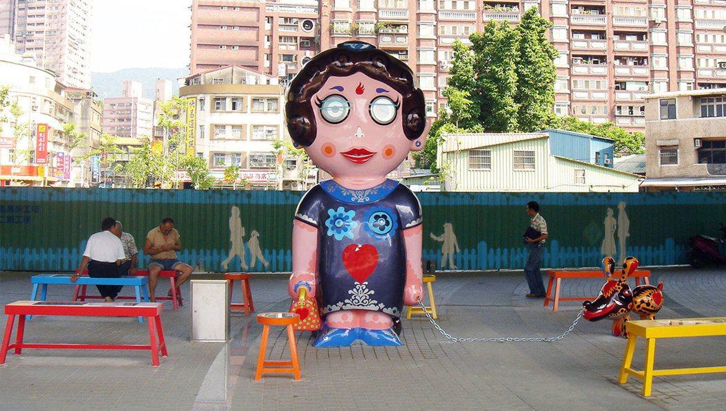 2006汐止火車站作品「有時間來坐」。 圖/洪易先生藝術工作室提供