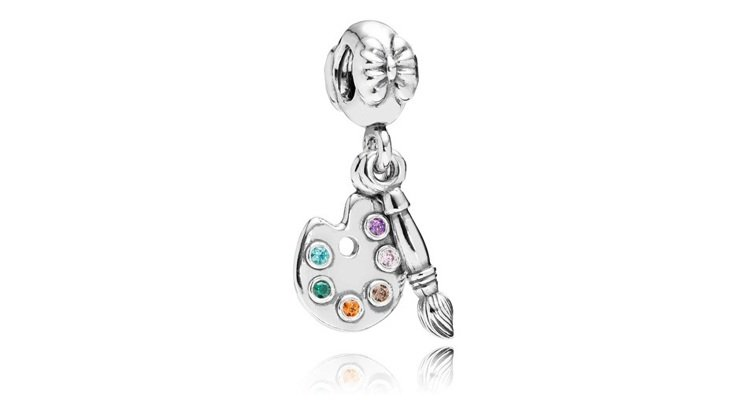 沛莉挑選的925銀琺瑯調色盤吊飾,2,180元。圖/PANDORA提供