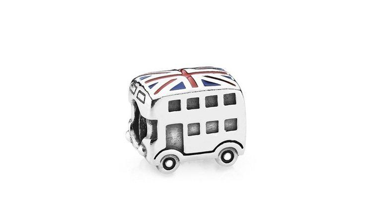 伊萊媽挑選的925銀英國巴士琺瑯串飾,1,680元。圖/PANDORA提供