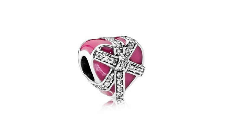 陳佩佩挑選的琺瑯鋯石桃紅愛心禮物盒串飾,2,980元。圖/PANDORA提供