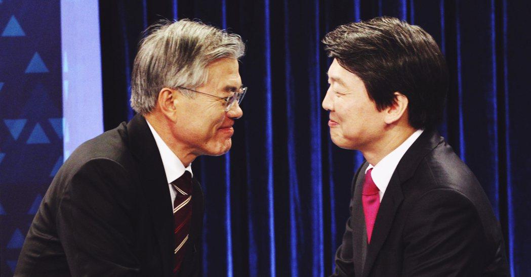 2012年總統選戰中,安哲秀(右)最後宣布退選、改支持文在寅(左)與朴槿惠對決。...