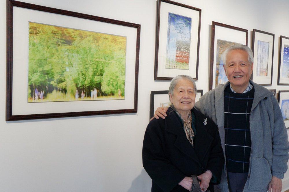 作者許昭彥與妻子張紳卿在他的攝影展。 圖/許昭彥提供
