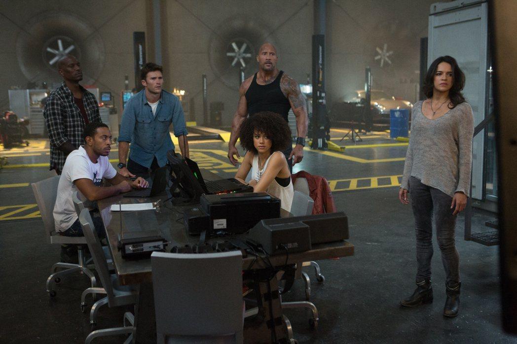 電影「玩命關頭8」再度集合馮迪索、巨石強森及傑森史塔森等老班底演員一同演出。圖/...