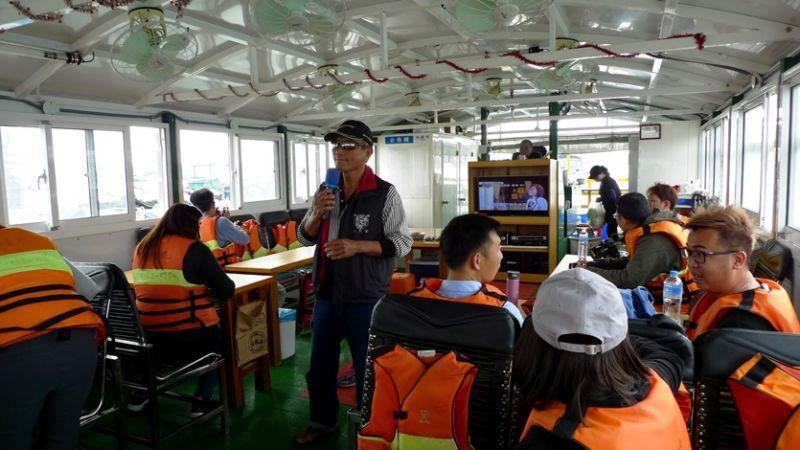 榮騰號船長在行駛過程中,會大家進行詳盡的養蚵解說以及討海人的生活。(圖/薛琳云)