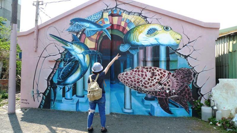 好美里在2015年邀請藝術家曾進成操刀,融入在地的濱海風情,繪製出活靈活現的海底...