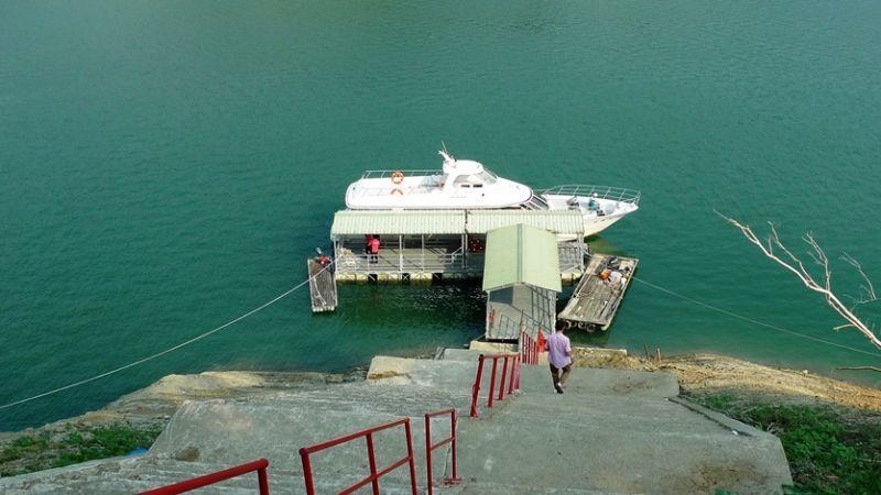 當季曾文水庫水位的高低,將決定遊客搭乘遊艇的需要下的階梯數。(圖/薛琳云)