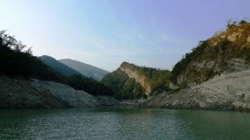 靜謐清幽的「飛鷹峽谷」,兩旁山壁高聳佇立,老鷹群喜愛在峽谷中築巢。(圖/薛琳云)