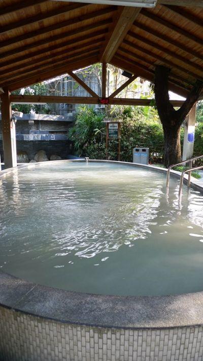 許多遊客特地遠道前來體驗的美人泥湯溫泉。(圖/薛琳云)