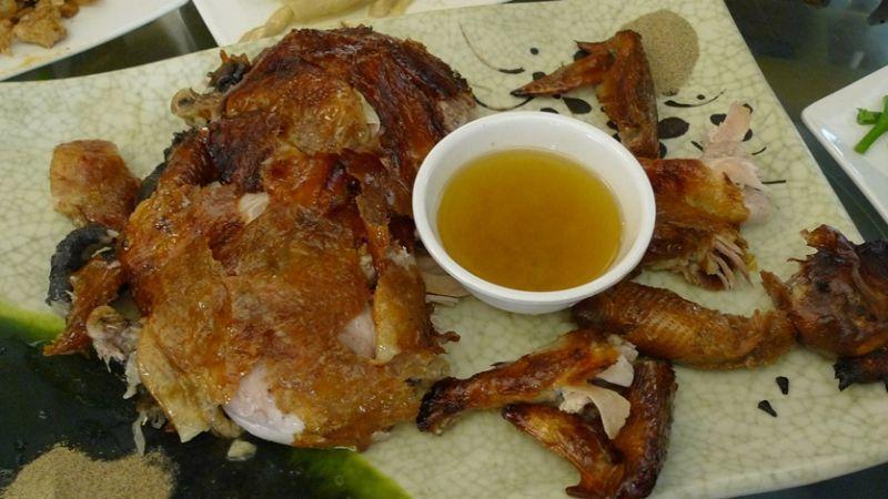 甫端上桌,即讓人口水直流的招牌菜─甕仔雞。(圖/薛琳云)