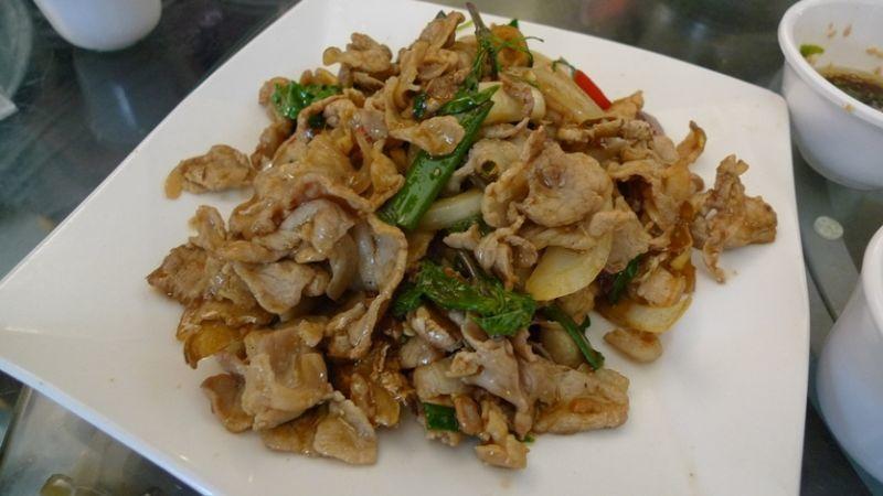 富有嚼勁的塔香山豬肉,讓人白飯一碗接著一碗。(圖/薛琳云)