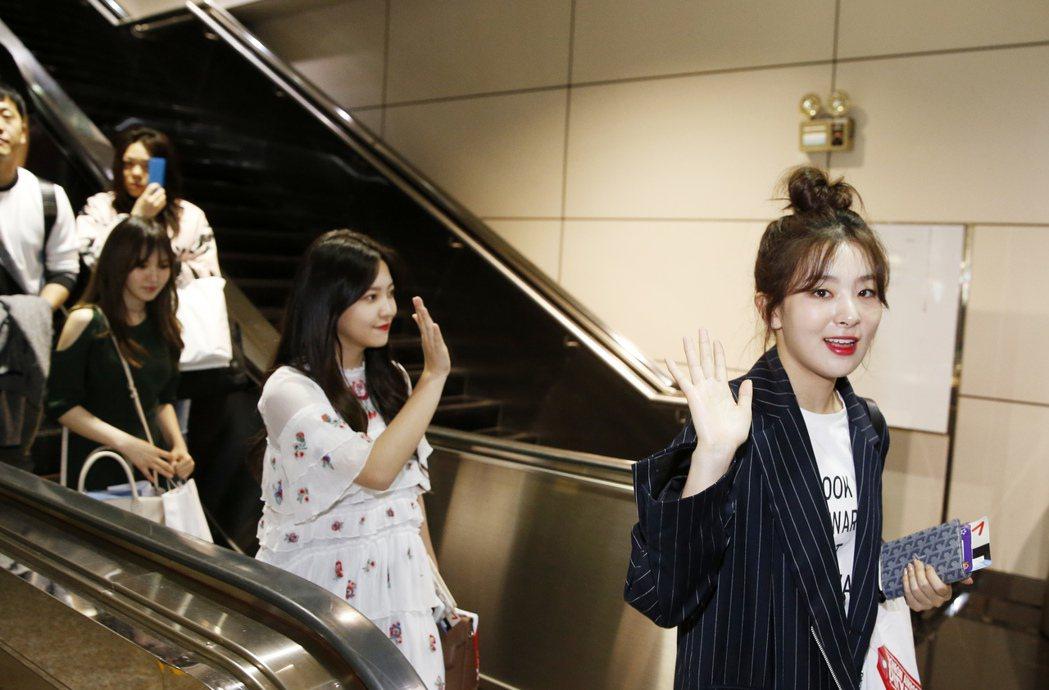 韓國女團「Red Velvet」下午搭乘BR-169班機抵達桃園機場。記者鄭超文...