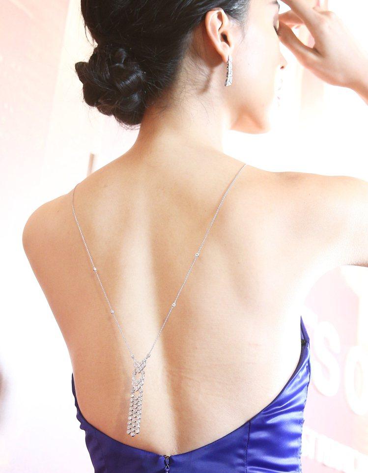 王思偉露美背演繹HEARTS ON FIRE高級珠寶展,吸引賓客目光,大呼美極了...