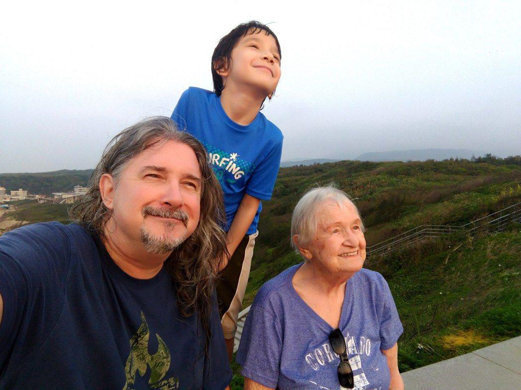 馬修連恩一家人到金山玩。圖/新視紀整合行銷提供