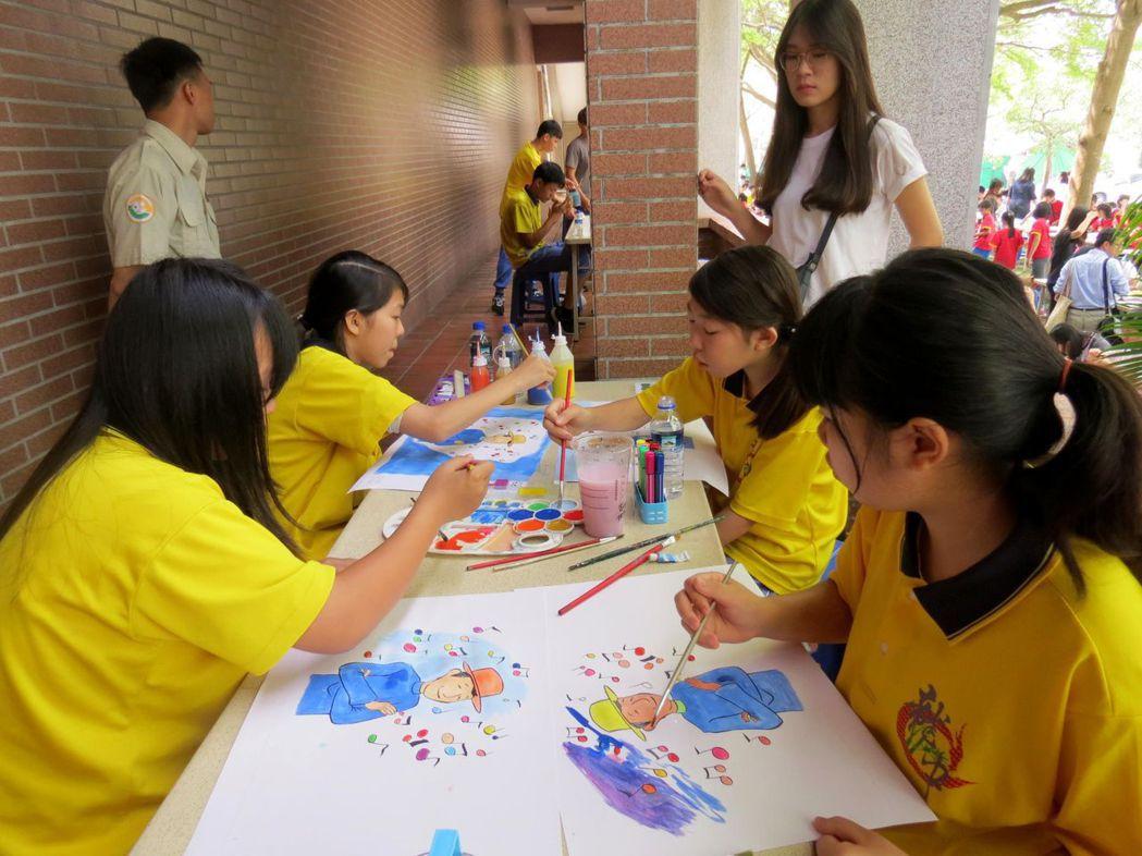 龍崎國中學生參與千人彩繪動畫圖卡。記者周宗禎/攝影