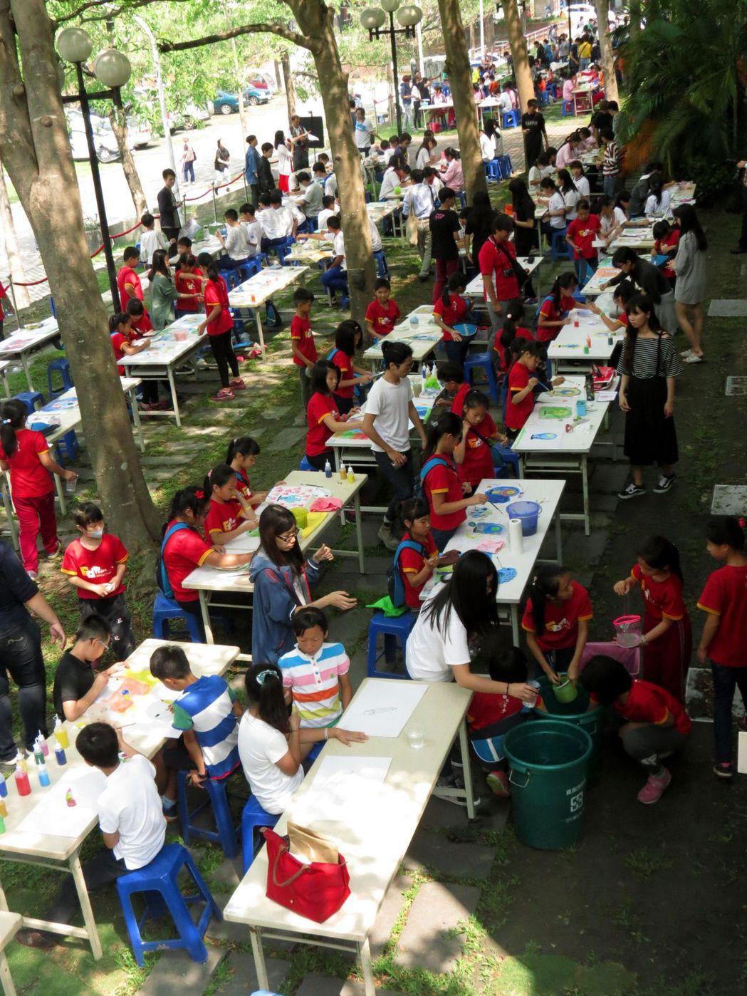 1千名台南學童彩繪動畫圖卡,千張圖卡變身停格畫面將組合成動畫。記者周宗禎/攝影