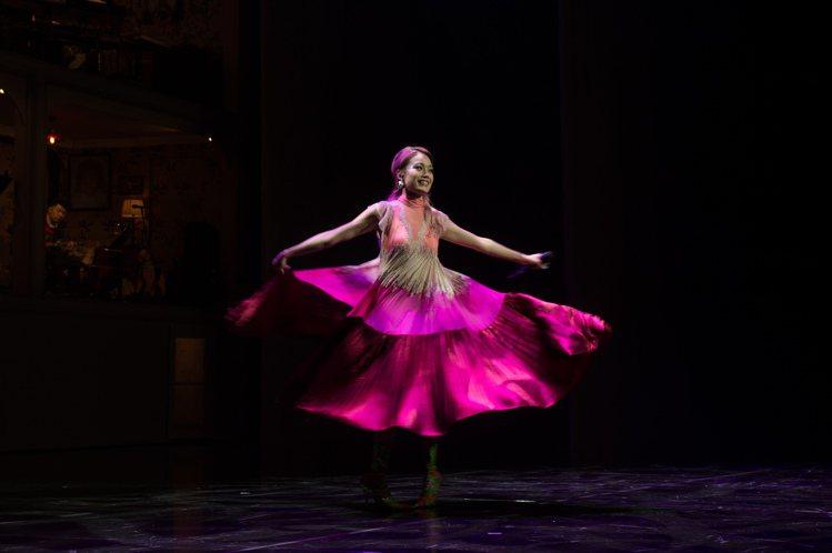 酒紅色天鵝絨下擺更添奢華風情,讓容祖兒在演唱會上旋轉起來很有舞台效果。圖/VAL...