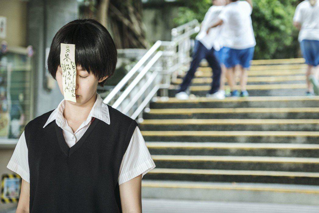 郭書瑤主演「通靈少女」,戲中學生靈媒身份曝光,遭同學惡整貼符。圖/HBO Asi