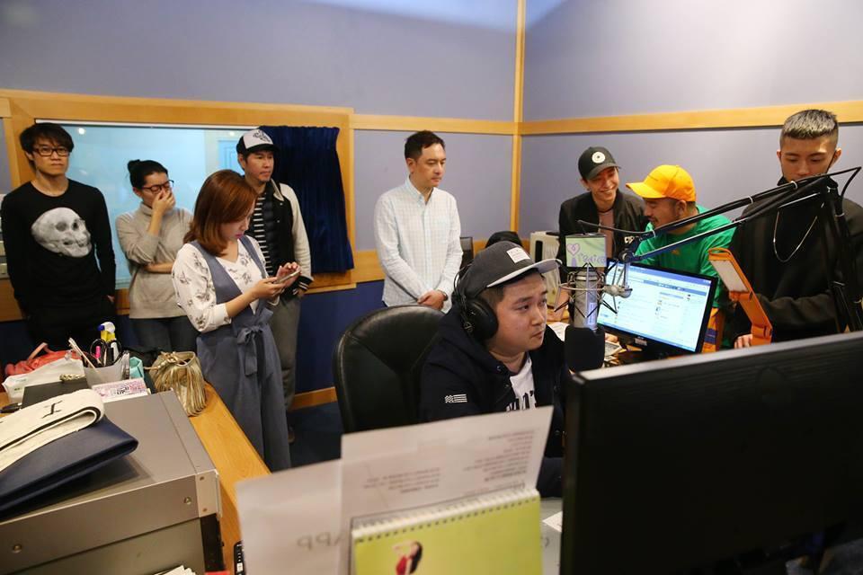 眾DJ相聚和聽眾道別。記者王騰毅/攝影