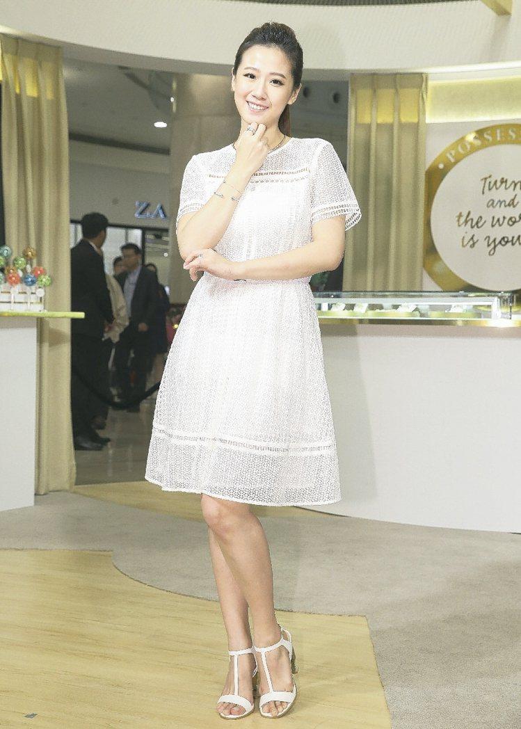 方志友配戴伯爵Possession系列珠寶,以白K金搭配白色蕾絲洋裝。 圖/記者...