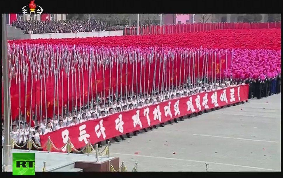 北韓15日大規模閱兵畫面。 圖擷自RT