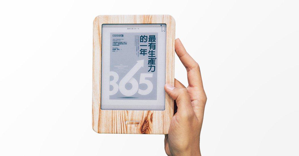 限量版mooInk電子書閱讀器採木紋外殼,呼應書本最初的竹簡與木牘樣貌,展現閱讀...