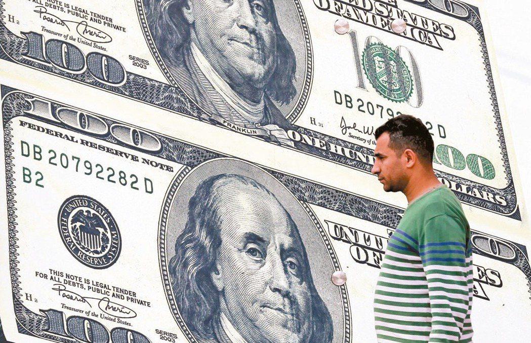 投資時千萬不要為了保住利息而虧了匯差,反讓自己被套牢。 (路透)