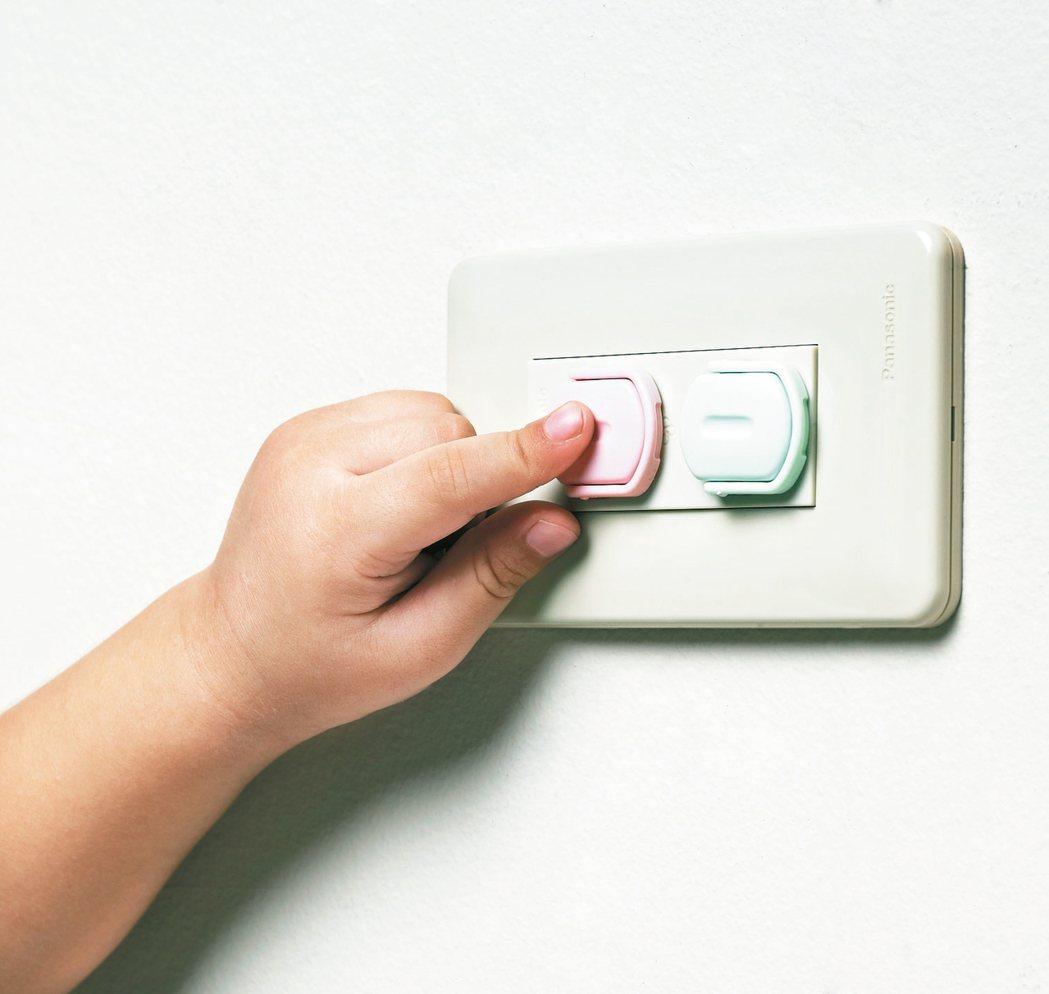 安全防塵插座保護蓋附拉環6入原價55元,特價50元。 特力屋/提供