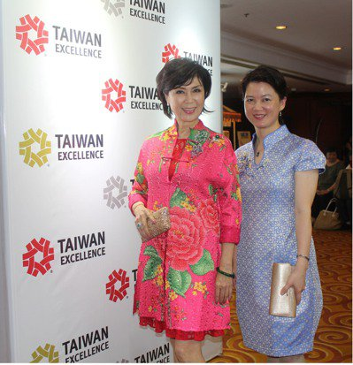 印尼國服「蠟染」(Batik)深受民眾歡迎,旅居印尼的台灣資深藝人白嘉莉(左)也...