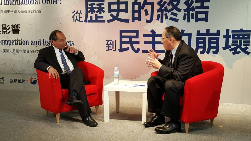 美國史丹佛大學法蘭西斯‧福山教授(左)接受聯合報系專訪。 記者郭崇倫/攝影