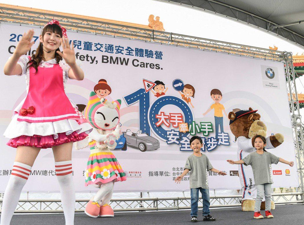 網路超人氣雙胞胎小豬小羊擔任「2017 BMW兒童交通安全體驗營」活動大使並帶來...