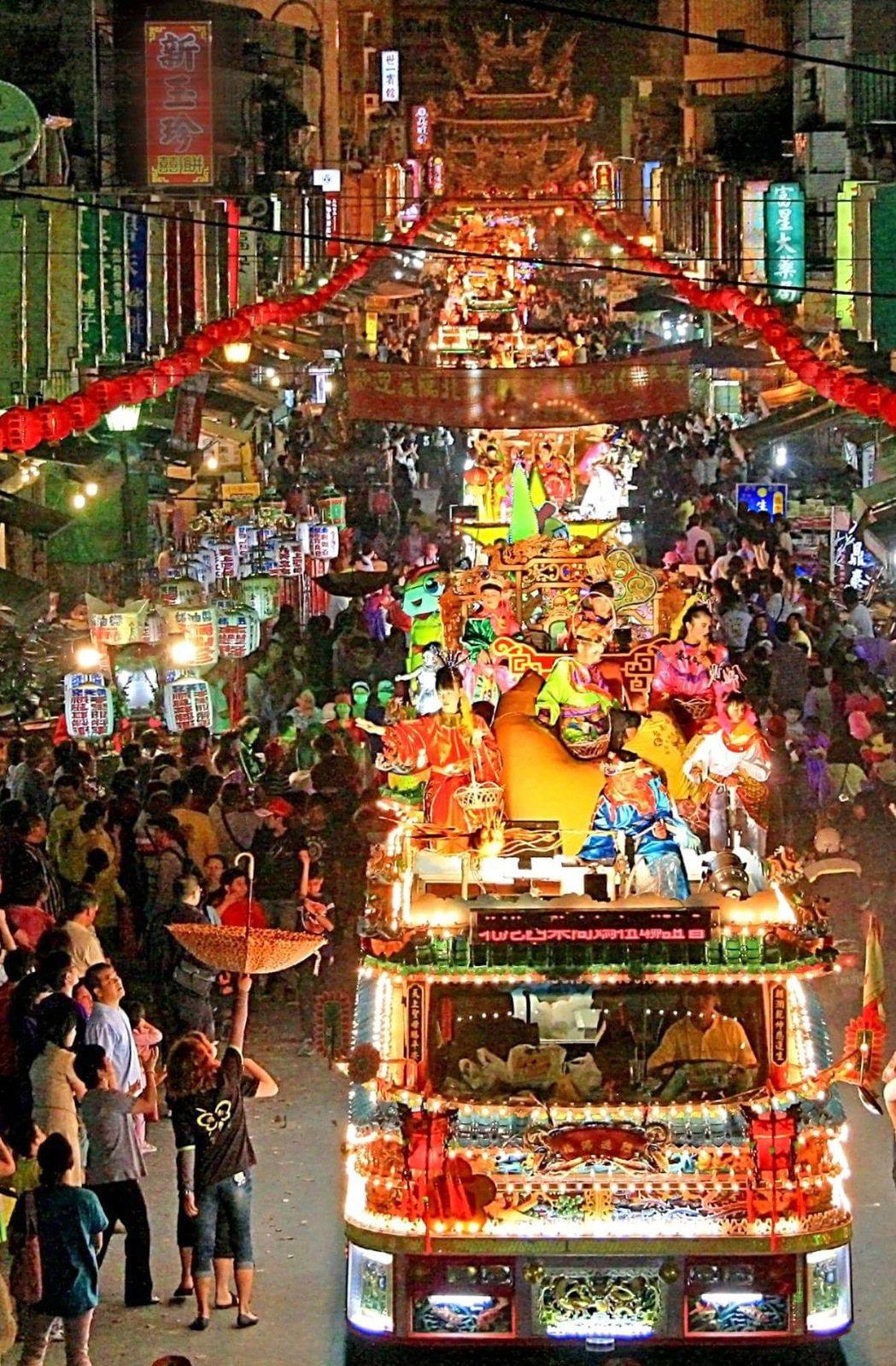 全國唯一的北港百年藝閣夜間宛如一條五彩繽紛的彩龍,光耀奪目。聯合報系資料照