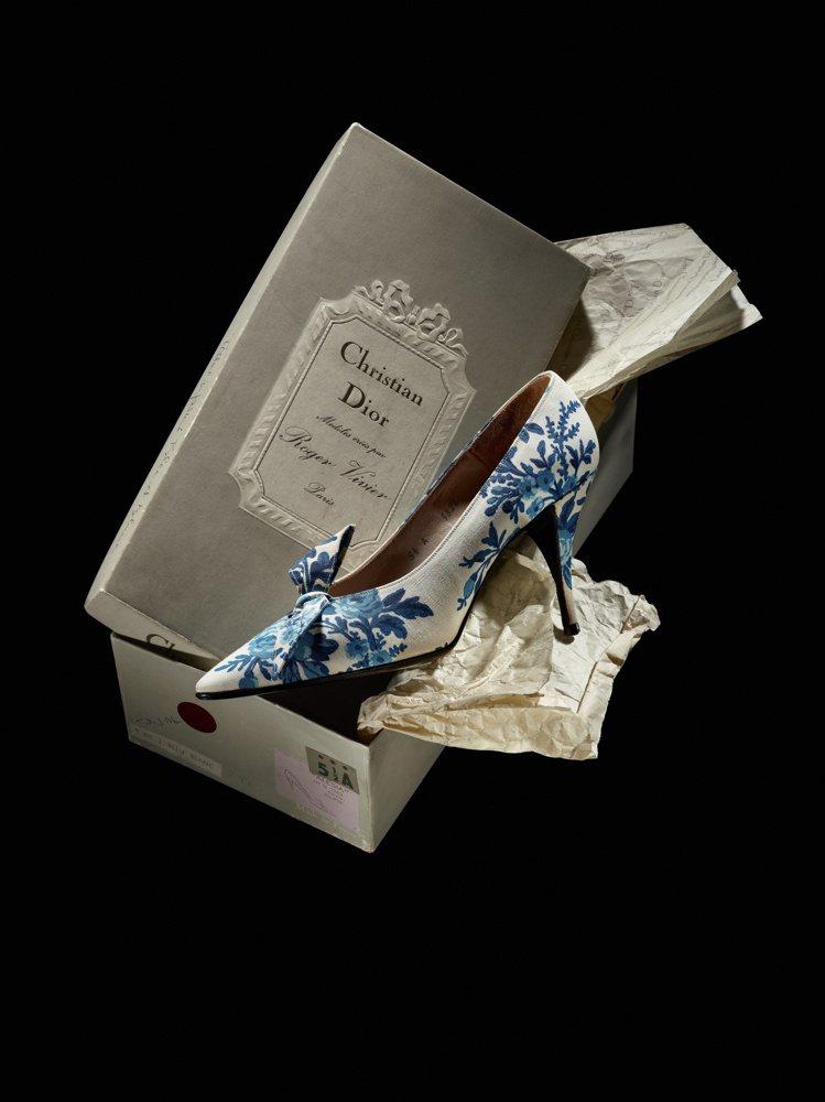 「CHRISTIAN DIOR與剛維爾:追溯傳奇之源」展覽中的凡爾賽高跟鞋。圖/...