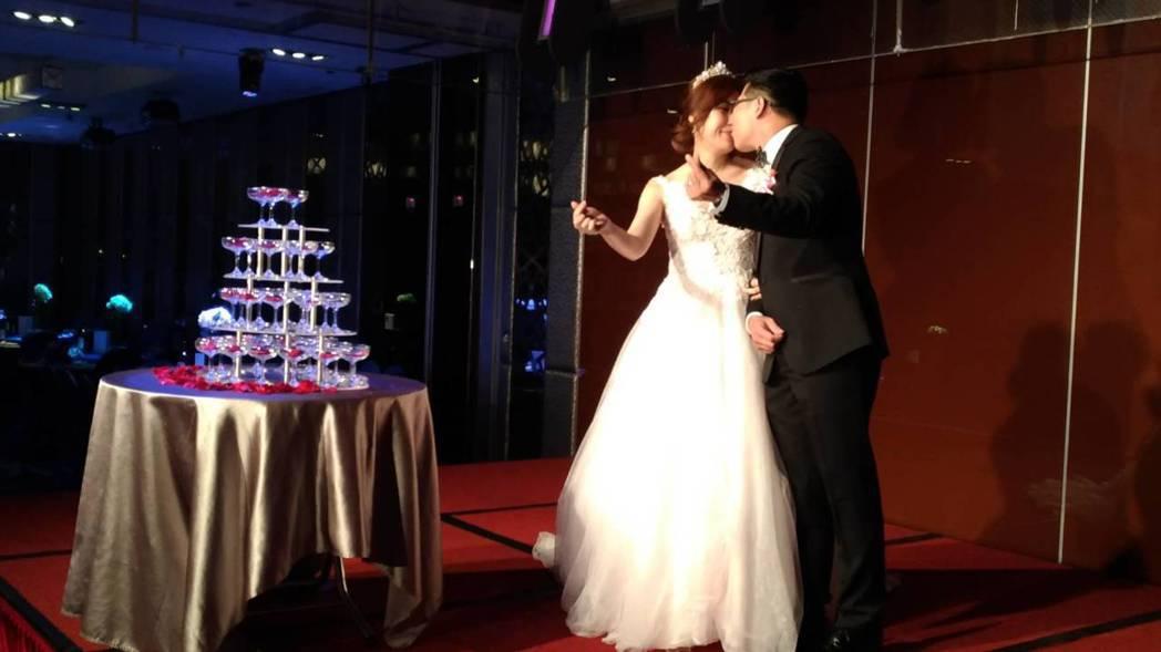 馬力歐和劉恩忻恩愛接吻。記者李姿瑩/攝影