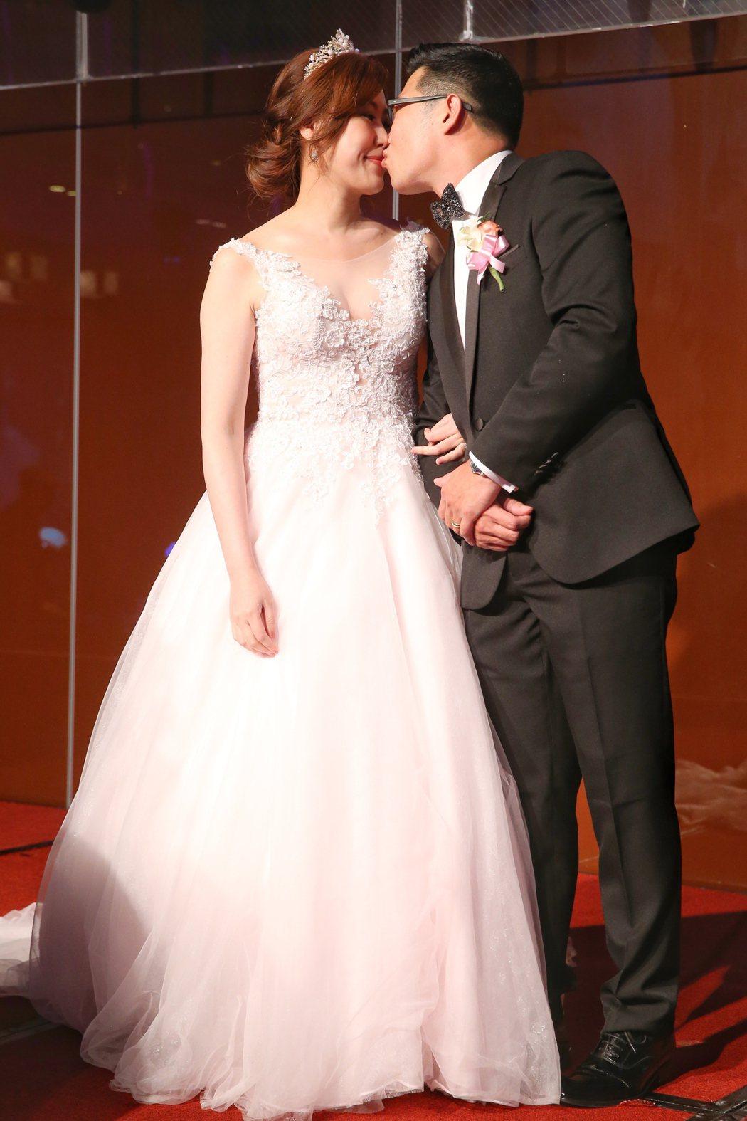 藝人馬力歐(右)與妻子劉恩忻(左)昨晚在台北舉辦婚禮。記者王騰毅/攝影