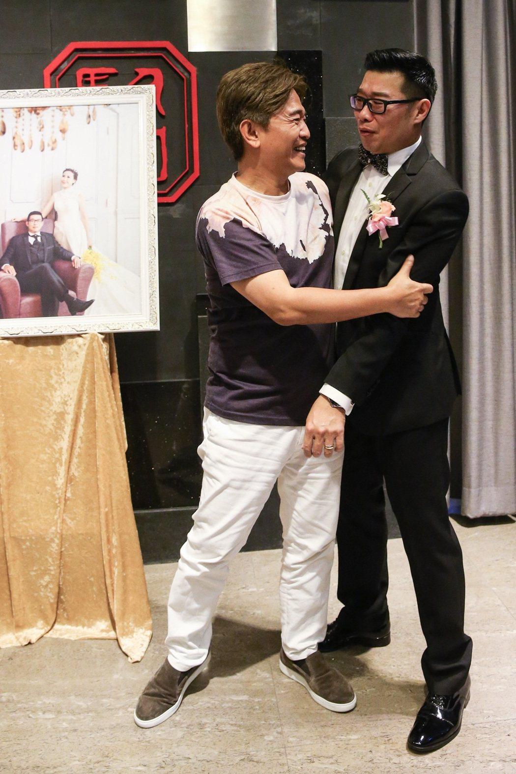 綜藝天王吳宗憲(左)出席馬力歐婚禮,讓馬力歐又驚又喜。記者王騰毅/攝影