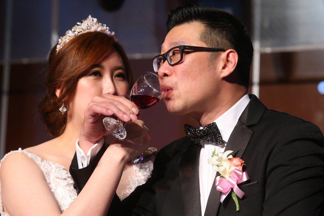 藝人馬力歐(右)與妻子劉恩忻(左)昨晚在台北舉辦婚禮。記者王騰毅/攝影(提醒您 ...