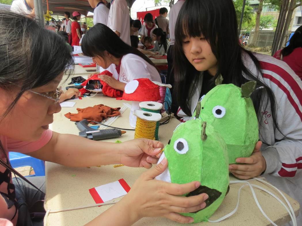 光華高中學生教導親子製作可愛可愛動漫布偶。記者周宗禎/攝影