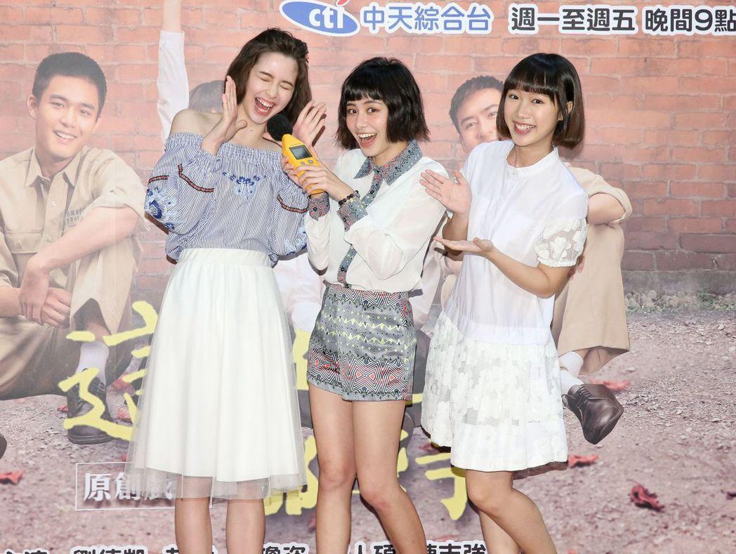 金凱德(左起)、宇珊、謝寶萱出席「這些年那些事」見面會。圖/中天提供