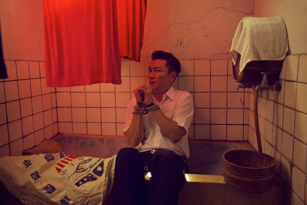 謝祖武在「閱讀時光II玫瑰玫瑰我愛你」戲中,演出一名有偏執狂的英文老師。圖/台視