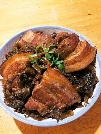 梅乾焢肉材料:五花肉600克、梅乾菜一把、蔥薑少許、冰糖一大匙、醬油2大匙、...