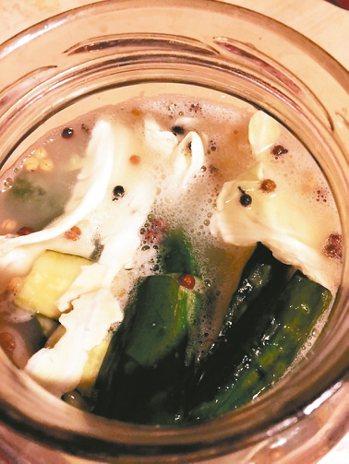 四川泡菜材料:水600-1000cc、鹽一大匙、米酒20cc,花椒適量。薑兩...