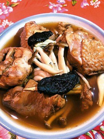 老菜脯雞湯材料:客家老菜脯20公克、仿雞腿一大隻、鴻禧菇一包、薑三至四片、米...