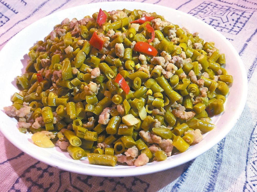 酸豆肉末材料:酸豇豆300公克、豬(或牛絞肉)200公克、蒜瓣和紅辣椒少許。...