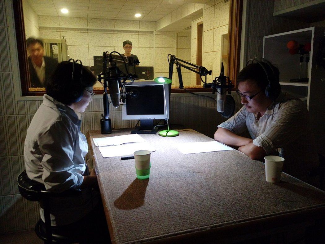 賈培德(右)當蔡英文的「聲音導演」,指導蔡英文如何用聲音表達感情,與選民溝通。圖...