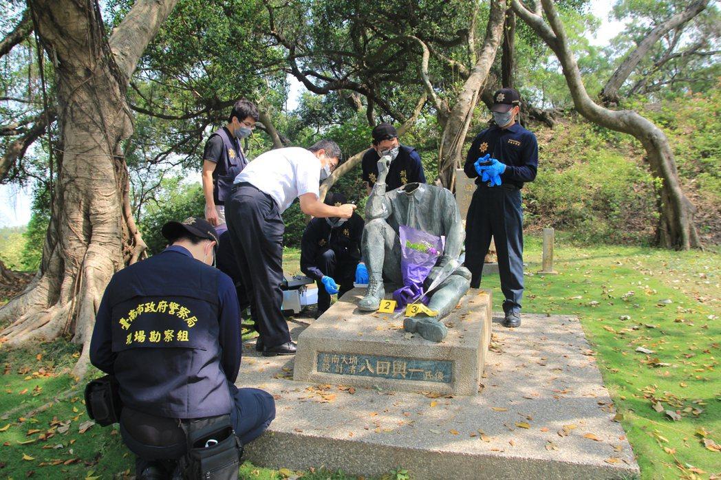 八田與一銅像被斷頭,警方鑑識人員勘驗現場。記者謝進盛/攝影