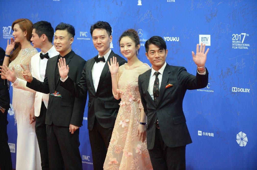 趙麗穎(右二)的禮服設計有春天的氣息。 圖/擷自北京國際電影節微博