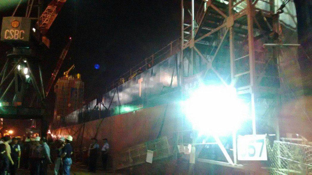 台船1艘興建中的載重船船艙發生工安意外,疑因現場電銲機漏電造成兩名工人觸電當場被...