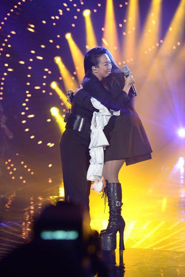 林憶蓮(左)與張惠妹天后惺惺相惜。圖/摘自新浪娛樂